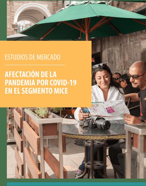 TURISTAS EN CAFETERIA DE QUITO